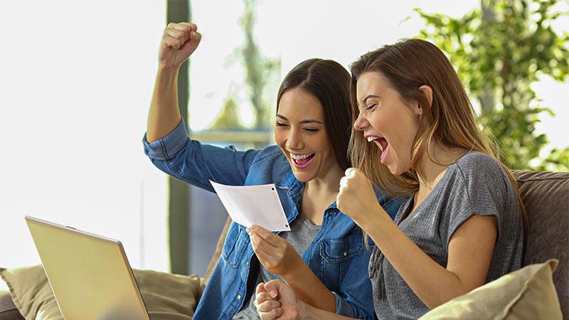 Frauen freuen sich über Karte